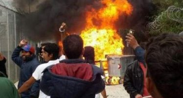 Incendio en campo de la isla de Lesbos atiza conflictos entre refugiados