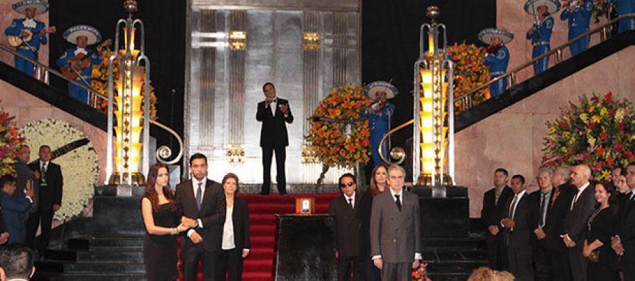 Continúa el homenaje a Juan Gabriel en Bellas Artes
