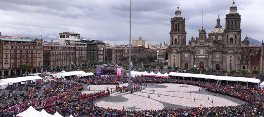 Scouts crean en el Zócalo la Flor de Lis más grande del mundo