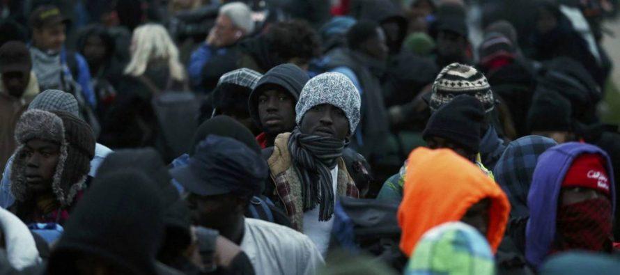 Evacuan sin incidentes a 600 migrantes del campo de Calais, Francia