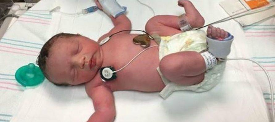 Bebé salió dos veces del vientre de su madre