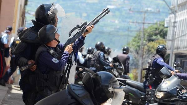Policías tratan de controlar a estudiantes en Táchira, Venezuela