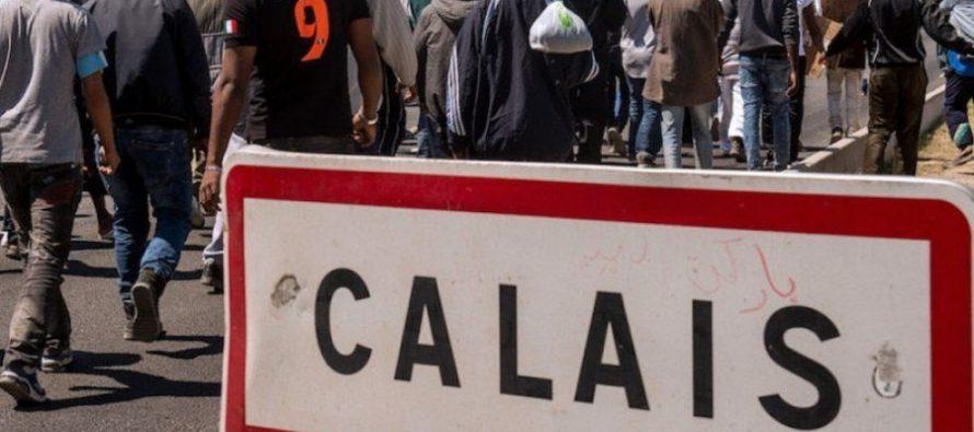 Desmantelan campamento de migrantes en Calais, Francia
