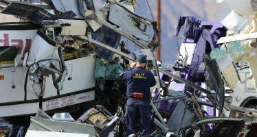 Choque de autobús y remolque deja 13 muertos en California