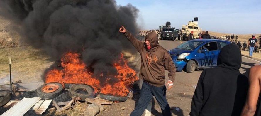Queman vehículos en protesta contra oleoducto en Dakota del Norte