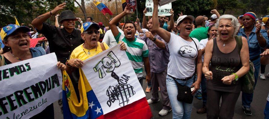 Marchan miles de venezolanos en Caracas; piden revocación del mandato de Maduro