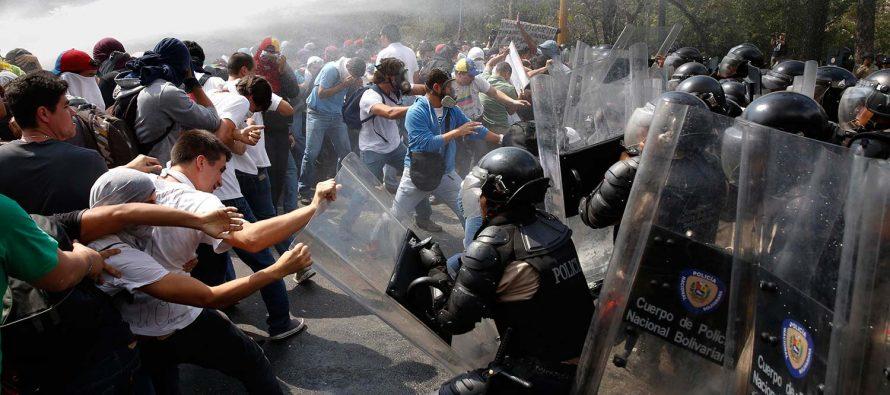 Enfrentamiento entre opositores y policía deja a un oficial muerto en Venezuela