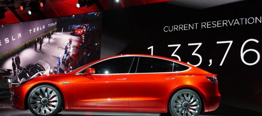 Tesla libera actualizaciones que aproximan a la conducción automática de sus autos