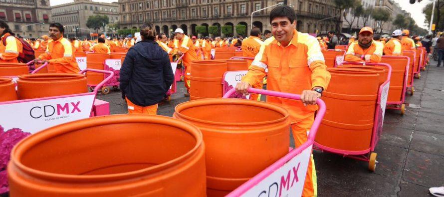 Mancera entregó 10 mil carritos recolectores de basura a trabajadores de limpieza