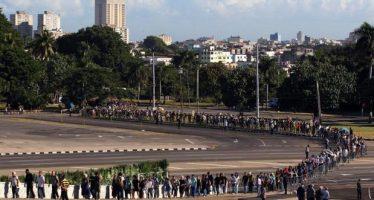 Salvas de artillería y enormes filas despiden las cenizas de Fidel Castro