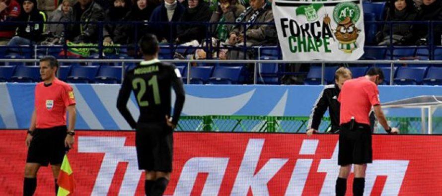 Árbitro consulta jugada en repetición de video y ¡se equivoca al marcar penalti!