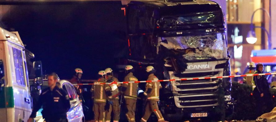 Camión embiste gente en mercado de Berlín y causa muertos y heridos