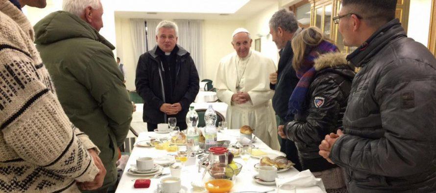 Papa Francisco desayuna en su cumpleaños con indigentes