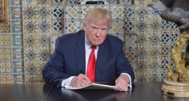 Trump firmó hoy sus primeros documentos como presidente de los EU