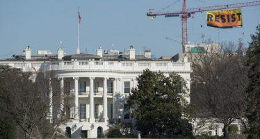 Greenpeace protesta cerca de la Casa Blanca con enorme letrero contra oleoductos