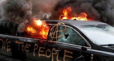 Limusina incendiada durante protestas contra Trump, reflejo de su enorme impopularidad