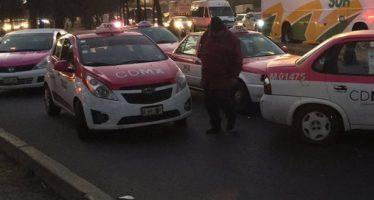 Policía capitalina evita bloqueo de taxistas en la Calzada Ignacio Zaragoza
