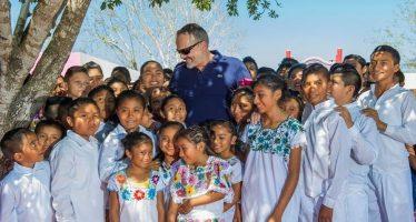 Miguel Bosé inaugura Casa del Niño Indígena en Citincabchén, Yucatán