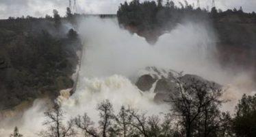 Evacúan más de 100 mil personas por emergencia en presa Oroville, en California