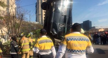 Retiran camioneta que volcó en la Glorieta de Insurgentes