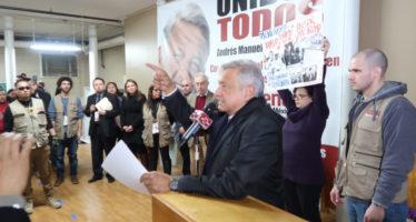 Padre de uno de los 43 increpa a AMLO en Nueva York; este lo califica de provocador