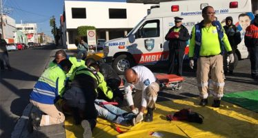 Choque de microbús y auto Beetle deja 25 estudiantes lesionados, en Puebla