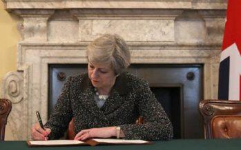 Theresa May firma carta en que solicita retiro del Reino Unido de la UE
