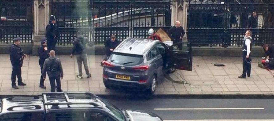 Ataque con vehículo cerca del Parlamento deja cuatro muertos y 20 heridos, en Londres