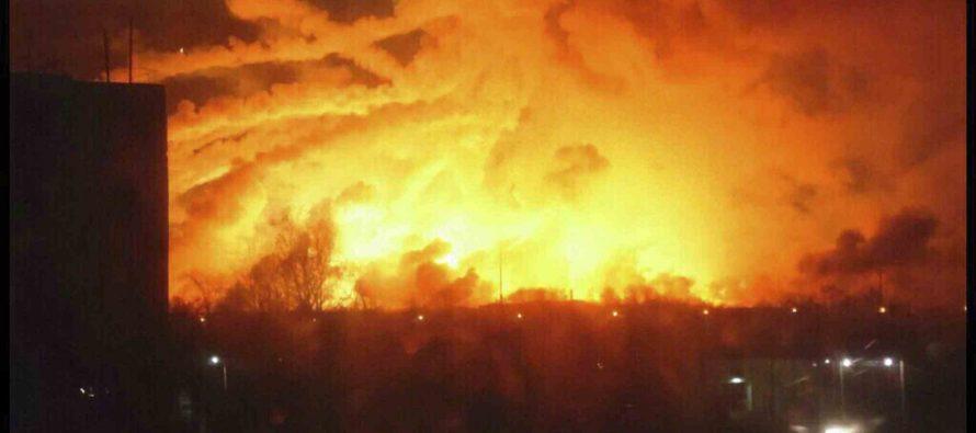 Serie de explosiones en depósito de armas de Ucrania hace desalojar a 20 mil personas