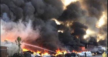 Incendio consume almacén de cartón y pet en la ciudad de Puebla