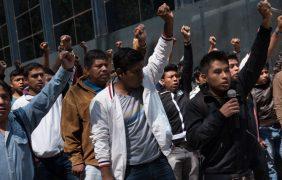 Normalistas que exigen plazas cierran terminal de autobuses en Oaxaca