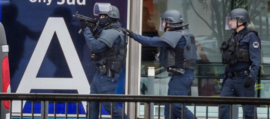 Abaten a tiros a hombre que robó fusil a militar en Aeropuerto de Orly, Francia