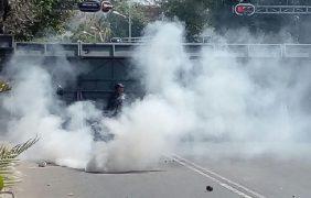 Se enfrentan encapuchados y policía en Bucareli, en manifestación por los 43