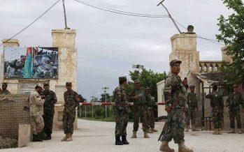 Talibanes atacan base militar en Afganistán y dejan 148 soldados muertos