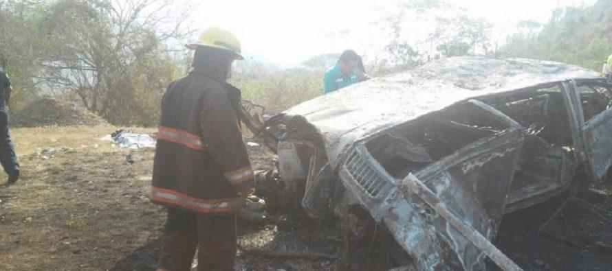 Tráiler y combi con turistas chocan en Autopista del Sol, dejando cuatro muertos