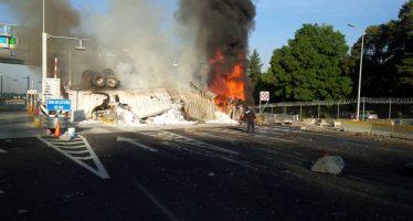 Tráiler se incendia tras volcar en autopista México-Toluca, en la Marquesa