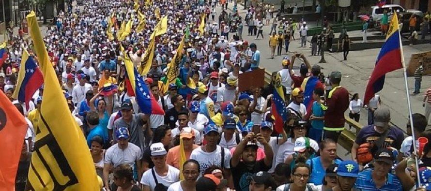 Partidarios y opositores de Maduro marchan en las calles de Venezuela