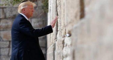 Trump visita el Muro de las Lamentaciones; primer presidente de EU en activo que lo hace