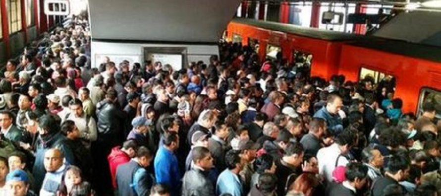 Usuarios de la Línea 7 del Metro llegan tarde a su destino por falla eléctrica en el sistema