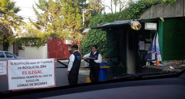 Plumas y rejas privatizan espacio público en Lomas de Bezares