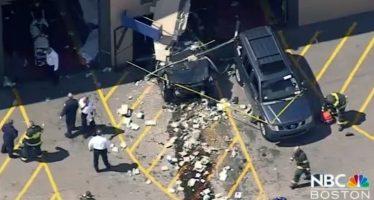 Auto embiste a multitud y mata a tres personas en Massachusetts