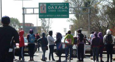 CNTE pone retenes con camiones en entradas a Oaxaca
