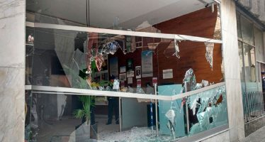 Familiares y vándalos de los 43 de Ayotzinapa causan daños en oficinas federales