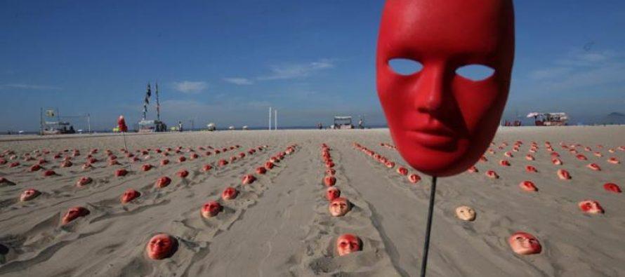 Siembran cientos de máscaras rojas en playa de Copacabana exigiendo renuncia de Temer