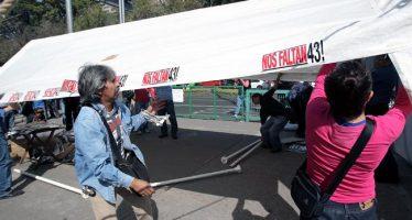 Padres de los 43 de Ayotzinapa retiran su plantón frente a Gobernación