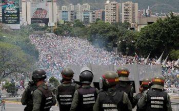 Se reanudan los enfrentamientos entre policía y opositores al gobierno venezolano