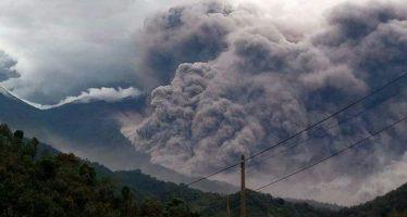 Evacúan a 300 personas y suspenden clases por erupción de volcán en Guatemala