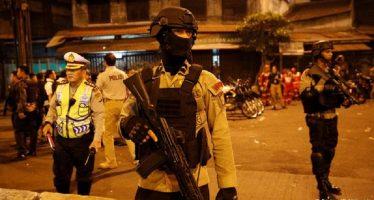 Doble atentado suicida en Yakarta causa al menos cinco muertos