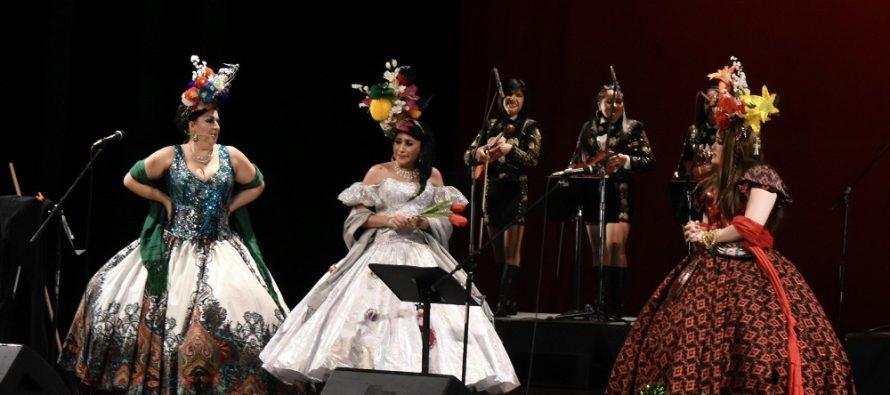 Dado que sí son muy lenchas, vestidas y muscolocas, las Reinas Chulas presentaron su Mariachi Trompas de Falopio en el Teatro de la Ciudad Esperanza Iris de manera exitosa