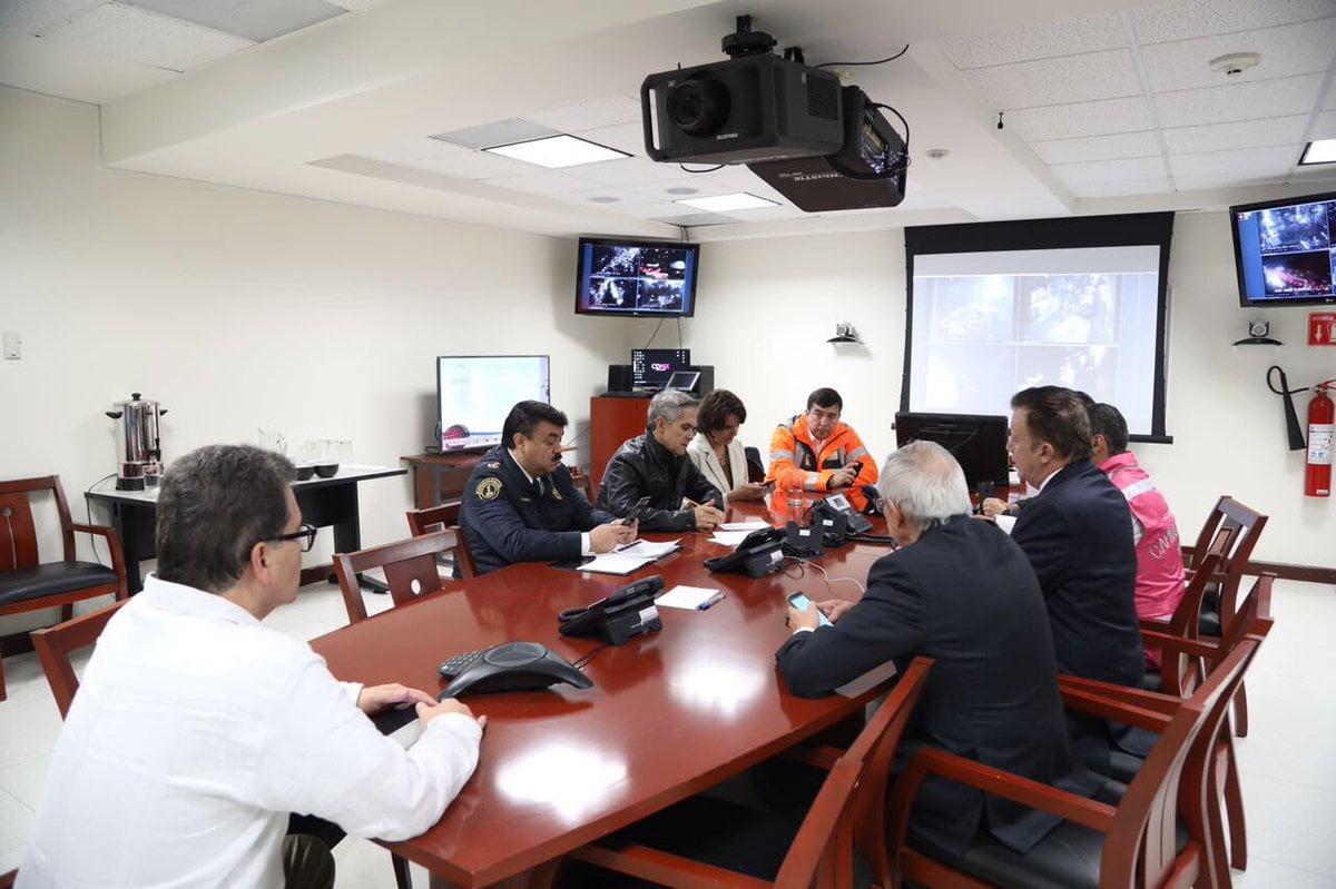 Mancera, en reunión con su equipo, en Ciudad Segura. Foto: Gobierno CDMX